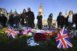 Cientos de personas guardan un minuto de silencio en el puente de Westminster