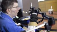 Hombre tetrapléjico logra comer y beber por sí mismo con una neuroprótesis
