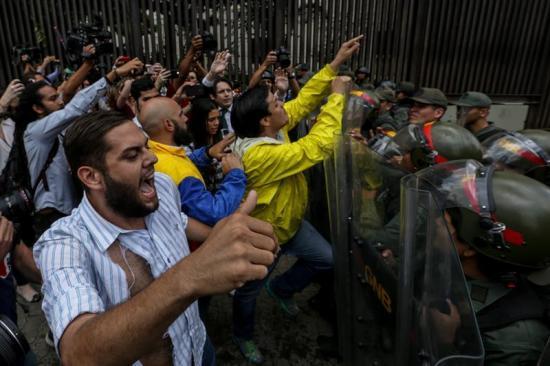 El Parlamento venezolano denuncia 'golpe de Estado' y acusa a Maduro