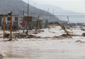 Deslizamientos en ciudad peruana arrasan cementerio y arrastran 2.000 cuerpos