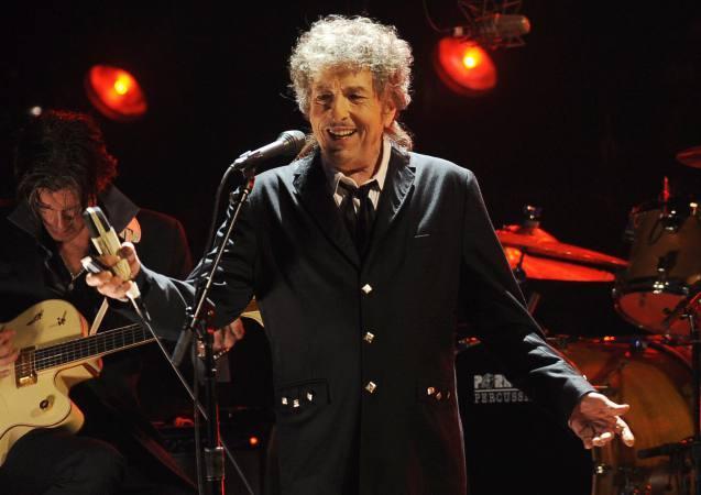 Bob Dylan recoge el Nobel de Literatura con casi cuatro meses de retraso