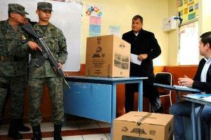 Correa dice ecuatorianos van a las urnas en 'momento decisivo' para la región