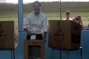 Guillermo Lasso insta a votar 'en paz' en día 'crucial' para Ecuador
