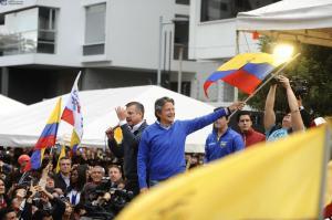 Simpatizantes de CREO exigen recuento de votos a las afueras del CNE