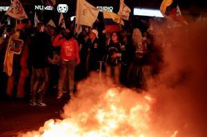 Manifestantes queman llantas en las principales avenidas de Quito