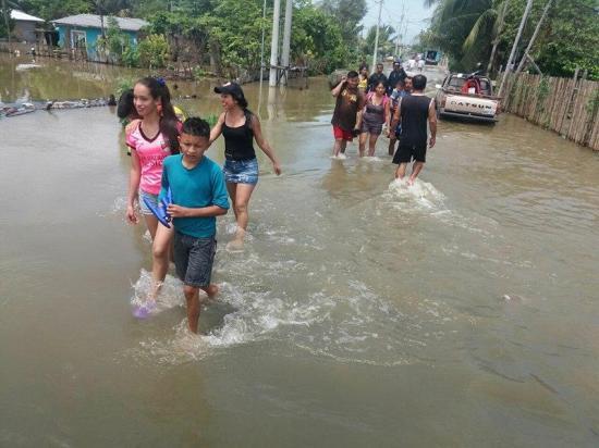 Vario sectores de Portoviejo continúan inundados