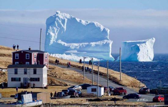 Un gran iceberg se convierte en atracción de una pequeña localidad canadiense