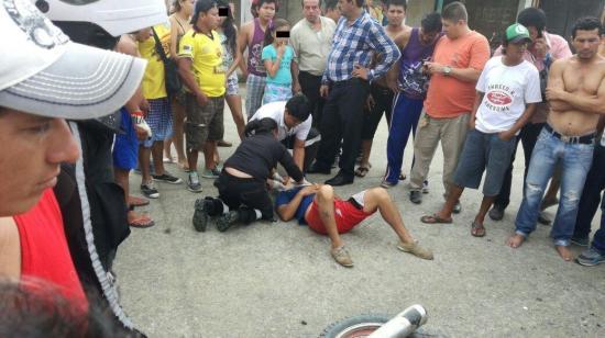 Dos hombres resultan heridos tras choque entre una moto y un carro