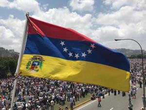 Opositores venezolanos marchan para honrar a los muertos
