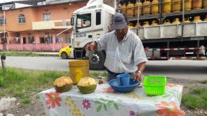 Rufo necesita un triciclo para salir a vender su agua de coco