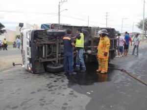 Un camión perdió pista y se volcó en la vía Portoviejo-Manta