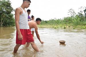 Niña de 6 años muere ahogada tras caer de un puente