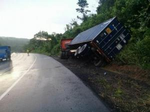 Un camión pierde pista en la vía Manabí-Guayas, no hay heridos
