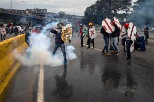 Dispersan con gases una marcha opositora que se dirigía al Parlamento venezolano