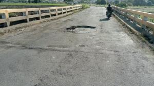 Advierten de daños en el puente sobre el río Bachillero