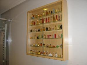 Roban 50 perfumes de una vitrina