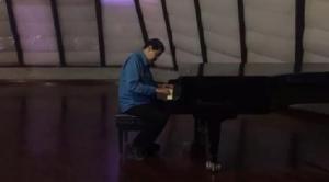 Nicolás Maduro toca el piano y sacude las redes sociales