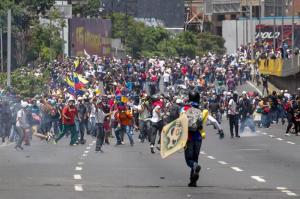 Opositores que se dirigían a cuarteles militares son dispersados con gases lacrimógenos