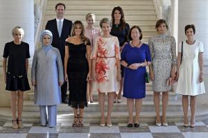 Esposo del premier de Luxemburgo protagoniza foto junto a las primeras damas de la OTAN