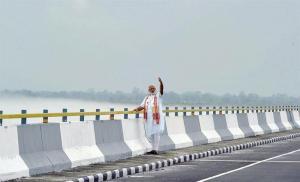 Inauguran el puente más largo de India en una región disputada por China