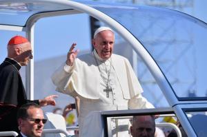 El papa pide a jóvenes en Génova que no vayan por la vida 'como turistas'