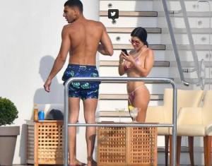 Kourtney Kardashian deslumbra con su sexy bikini y su nuevo novio