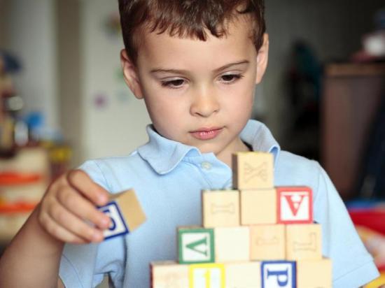 Escáner cerebral en bebés puede predecir trastornos de autismo, según estudio