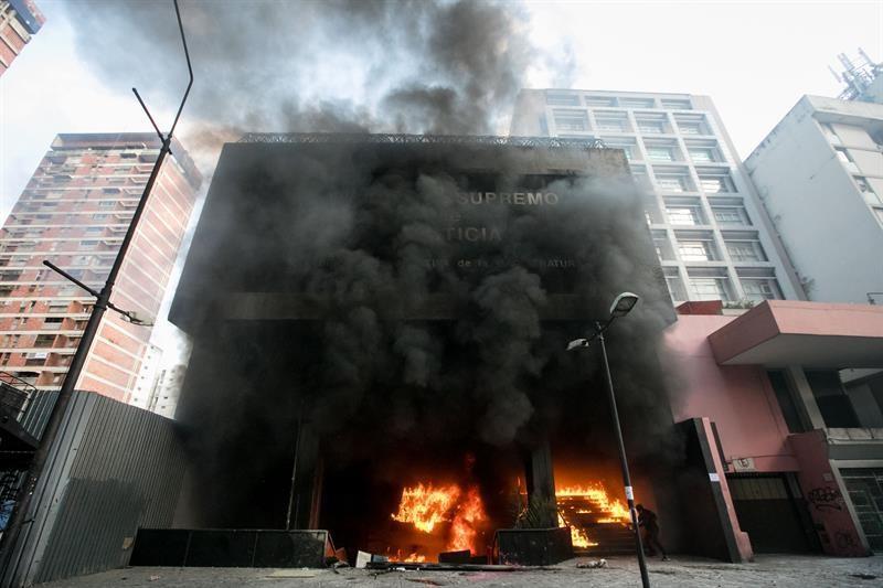 Incendian oficina del poder judicial y de un banco privado for Oficina del banco de venezuela
