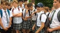 Niños acuden a la escuela en falda ante la negativa de ir en pantalón corto