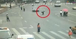 Policía salva a un bebé que corría por una transitada carretera