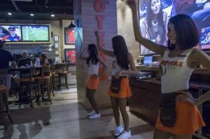 El polémico restaurante Hooters sobrevive a su primer ramadán en Yakarta
