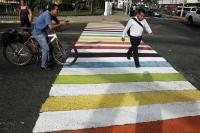 Capital salvadoreña amanece con pasos peatonales con colores de la diversidad