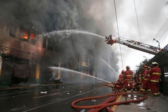 Seguirá por 2 días combate a gran incendio en Lima, donde hay 4 desaparecidos