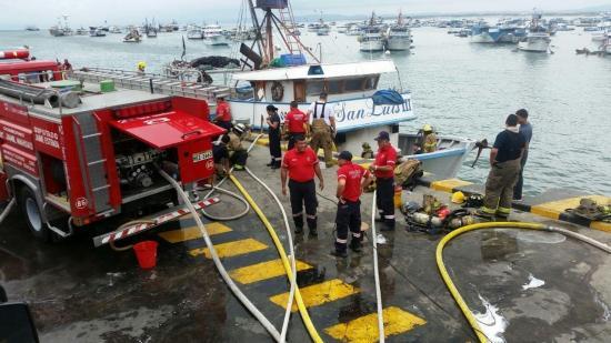 Bomberos controlan incendio en un barco en el puerto de Manta