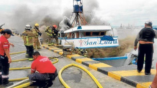 Cortocircuito provocó incendio en un barco acoderado en el puerto