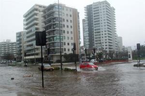 Autoridades chilenas reportan evacuados e inundación de calles por marejadas