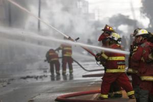 Al menos 900 bomberos participaron en combate a incendio en el centro de Lima