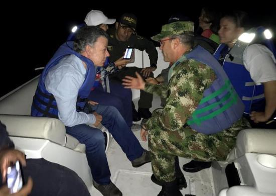 Santos supervisa en Guatapé naufragio de barco con unas 170 personas a bordo