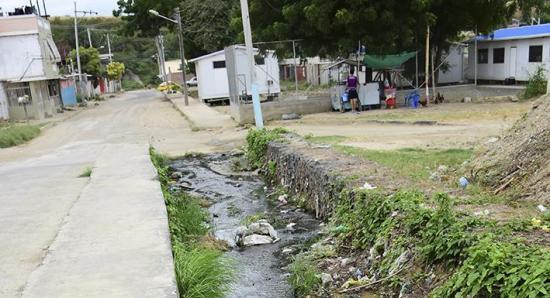 Cauce contaminado con basura  y aguas