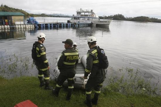 Buzos reanudan búsqueda de desaparecidos en naufragio de barco en Colombia