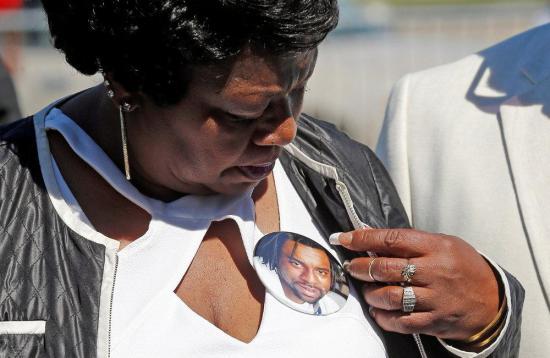 Familia de un hombre afroamericano que un policía mató recibirá 3 millones de dólares
