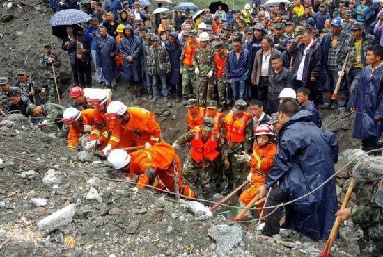 Se complica rescate de 93 desaparecidos en China por riesgo a desprendimiento