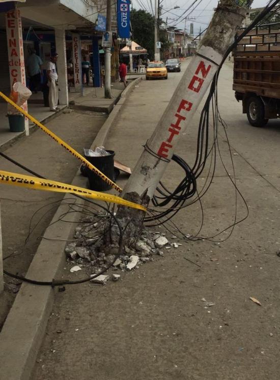 Poste ubicado en el centro de Flavio Alfaro corre el riesgo de caer