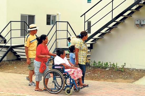 Entregan viviendas para 204 familias