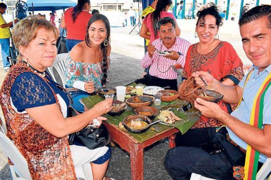 Con comida típica empezó la fiesta en El Carmen