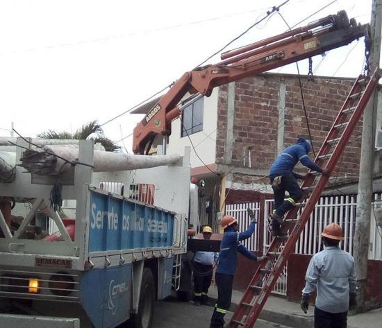 Retiran postes sin uso y dañados