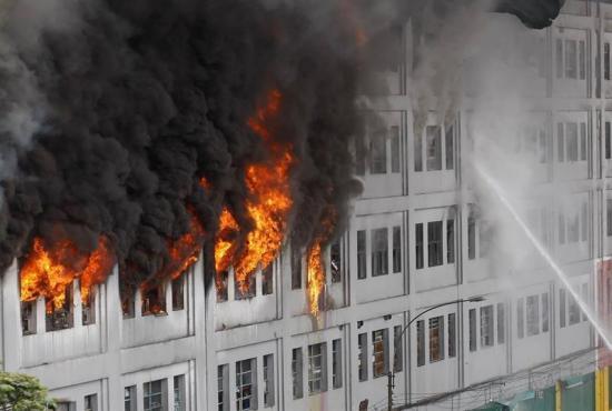 Rescatan dos cuerpos y declaran 'escena de crimen' zona de incendio en Lima