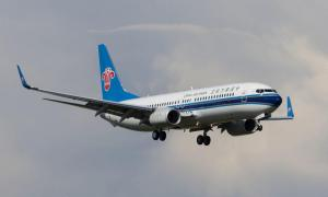 Anciana arroja monedas al motor de un avión y retrasa vuelo