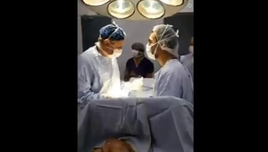 Cirujanos celebran la clasificación de Chile en plena operación