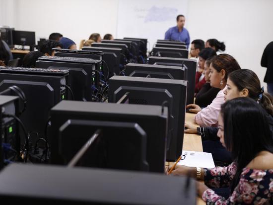 """11 mil alumnos sueñan con la """"U"""" en Manabí"""